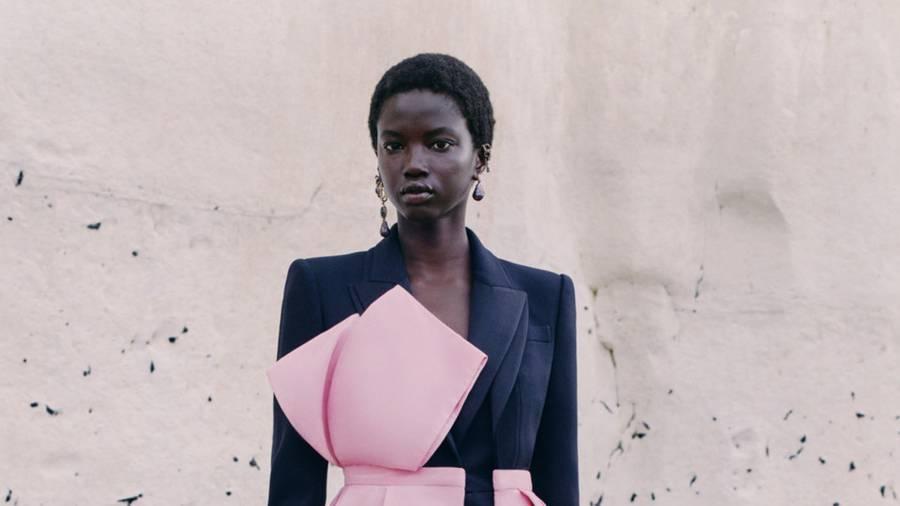 Alexander McQueen réinvente la teinture artisanale dans sa collection resort 2021