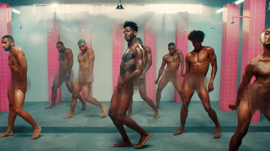 Lil Nas X se trémousse nu dans les douches d'une prison