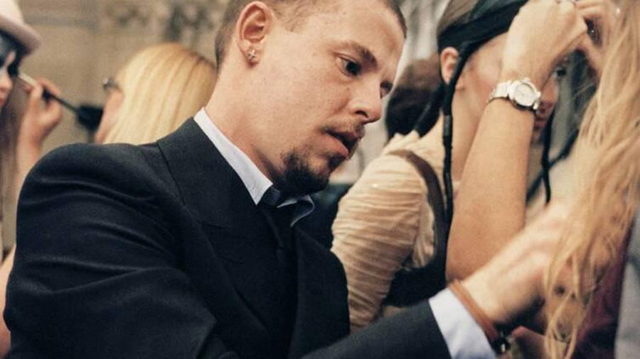 Qui est Lee Alexander McQueen, le créateur qui a fait de la mode un spectacle sans limite ?