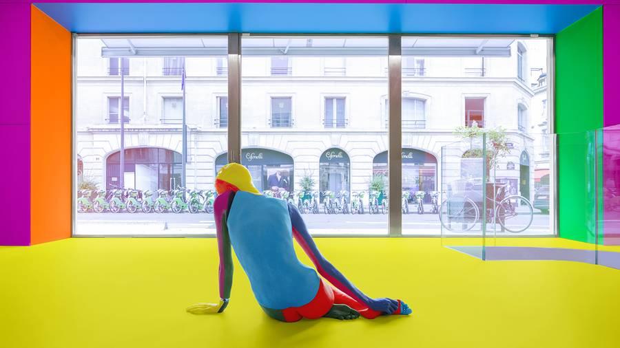 L'artiste Ugo Rondinone interpelle les passants de l'avenue Matignon à Paris